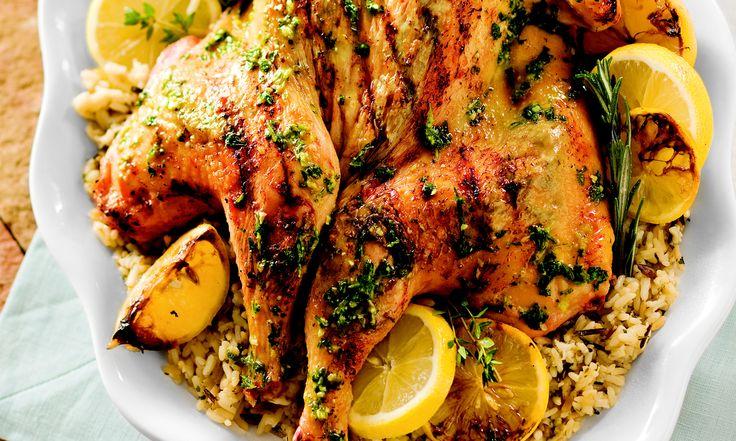 Dans cette recette, on ajoute la coriandre au mélange classique de citron, d'ail, de romarin et de thym, ce qui différencie quelque peu ce plat de votre dîner de poulet traditionnel grec. | Le Poulet du Québec
