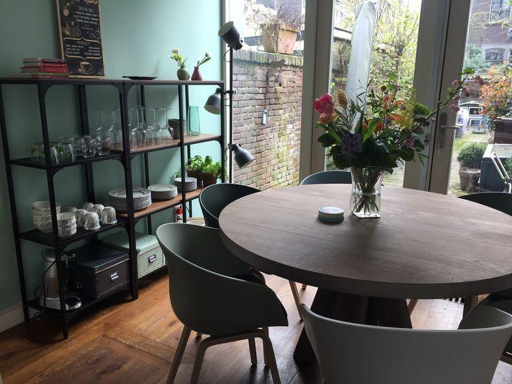 En zo ziet onze keuken met nieuwe eettafel en stoelen er nu uit! Tafel Pucca 130cm, stoelen Hay (Eijerkamp), wandrek Fjallbo van Ikea, groene muur Flexa kleur 13 midden-tijm.
