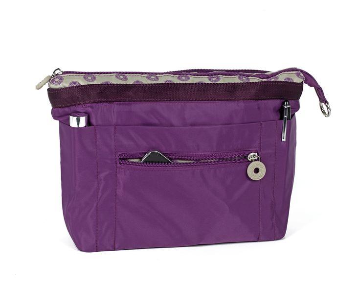 """In & Out bag et un organiseur de sac qui se transforme instantanément en mini sac d'appoint précieux et addictif. Position In, il se glisse dans votre sac de tous les jours, position Out, il devient un vrai petit sac, à part entière. Véritable """"kit de survie au quotidien"""", il se retrouve en un tour de main, dans son sac fourre tout ; il est malin car bien agencé: poches intérieures plaquées ou à élastiques, poches extérieures, porte clés. 45 €"""