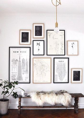 壁に額に入った絵をパズルのように並べてみてはいかがしょうか。額縁はブラック・ホワイト・ベージュがオススメ。