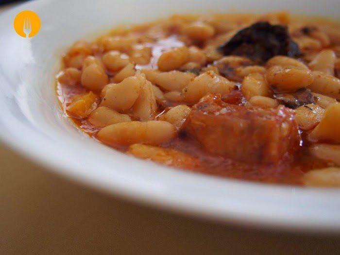 La mejor receta casera para hacer Judías Blancas con chorizo. Un guiso formidable, perfecto para cualquier día del año y en especial, los fríos