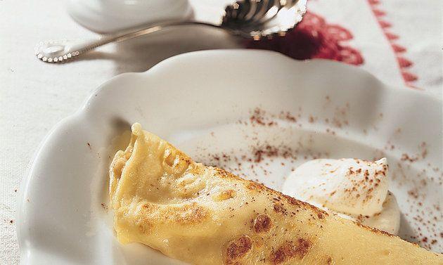 Palatschinken nach Gundel Art: Rosinen und Orangeat am Vortag im Rum einlegen. Für den Teig Mehl in eine Schüssel geben. Milch und Ei verquirlen, dazugiessen ...