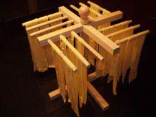 Papardelle hangen te drogen op de 'pastamolen'