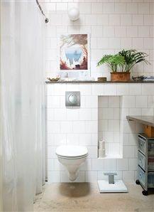 Badrum med vägghängd toalett