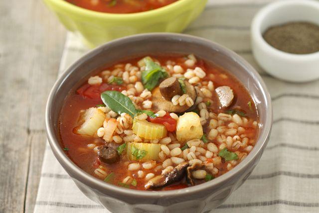 Champignons, oignon, carotte et céleri s'unissent à l'orge et aux tomates en conserve pour créer cette soupe nourrissante et réconfortante. Aussi délicieuse que facile à concocter, elle déborde de saveur et de légumes frais.