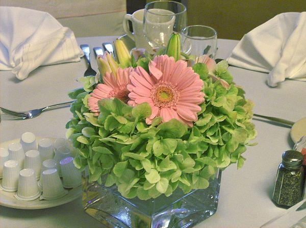 Flores hortensias con gerberas mini rosa centros de