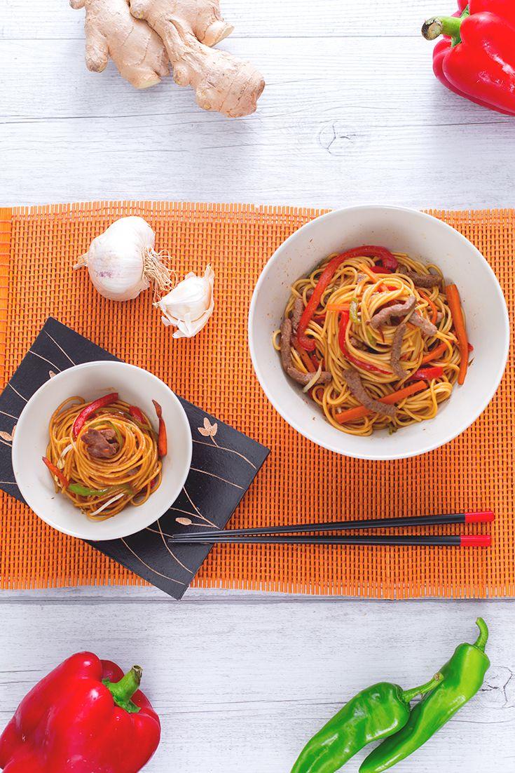 E ancora una volta Manuel dei #NuoviVolti ci accompagna alla scoperta di sapori lontani dai nostri, intensi e fantasiosi! Ecco gli #spaghettini con #manzo #marinato e #verdure, un #piatto #unico degno di una grande occasione! #friggitelli, #peperoni, #soia e #zenzero...un'esplosione di gusto! #ricetta #GialloZafferano #rock #spicyrecepe #orientalfood #orientalrecipe