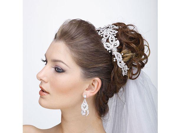 Penteado de noiva com véu colocado embaixo do coque