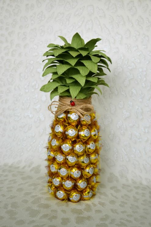 Gallery.ru / Ананас из конфет (украшение бутылки шампанского) - Букеты из конфет - Ziminaalina