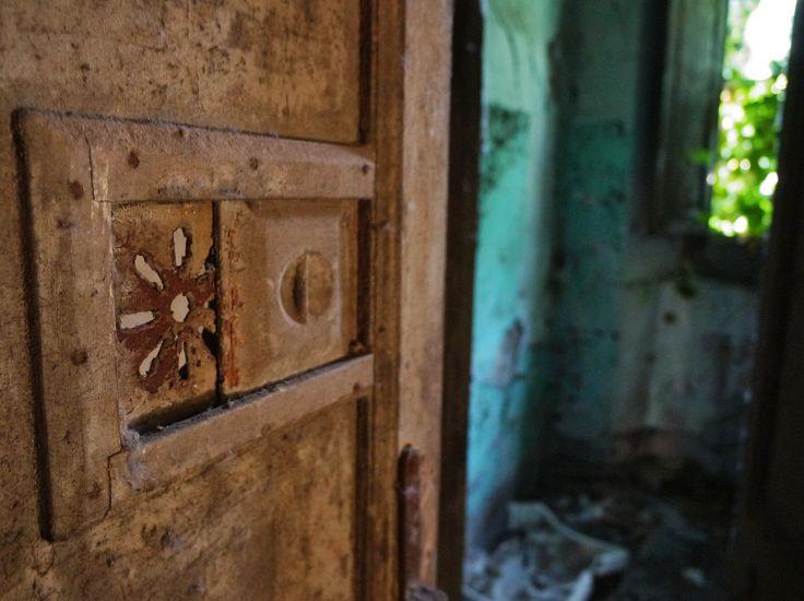 abandoned door Catalunya