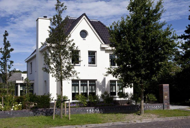 De voorgevel met robuuste schoorsteen van Villa Brida straalt de sfeer van een jaren '30 villa uit.