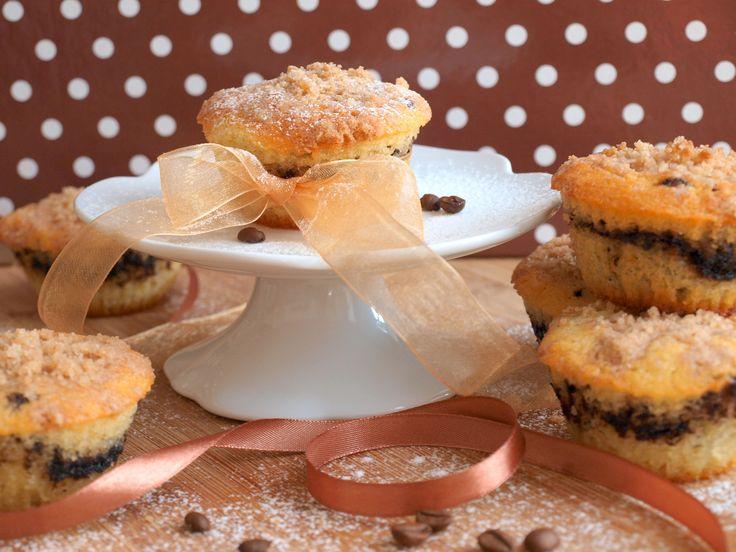 Jestliže milujete moučníky s kávovou příchutí tak jako já, tyto muffiny s křupavou drobenkou navrchu byste měli vyzkoušet. :) Na přibližně 16ks muffinů budete potřebovat: 4 vejce 180ml oleje 90g změklého másla 120ml vody 150g cukru 240g polohrubé mouky 1 kypřicí prášek špetku soli 1 lžíci instantní kávy 2 lžíce kakaa 3 lžíce cukru 80g…