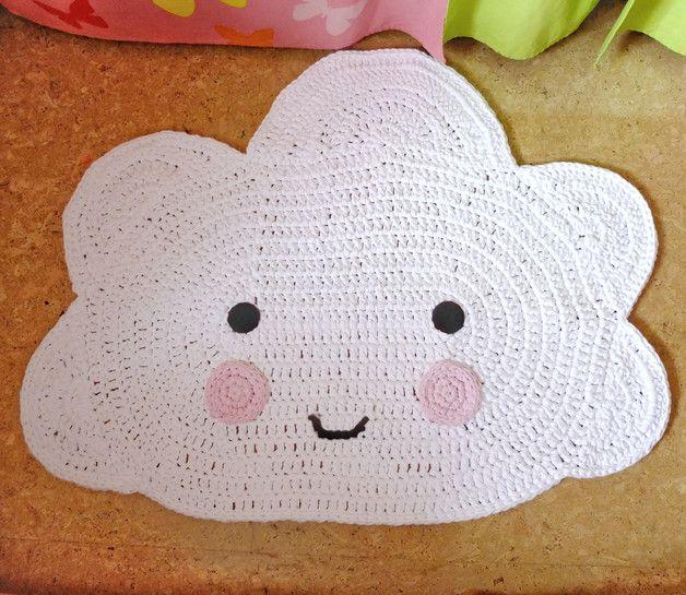 **Immer ein Unikat: handgefertigter Häkelteppich** Dieser handgefertigter Wolkenteppich passt perfekt in jedes Kinderzimmer und schützt zudem vor kalten Füßen. Die Kinderaugen werden...
