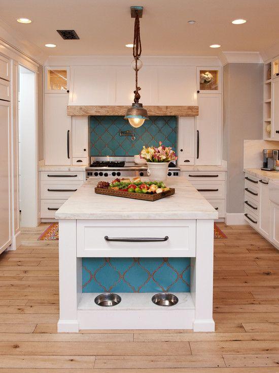 Porta ração e água embutido na bancada central da cozinha
