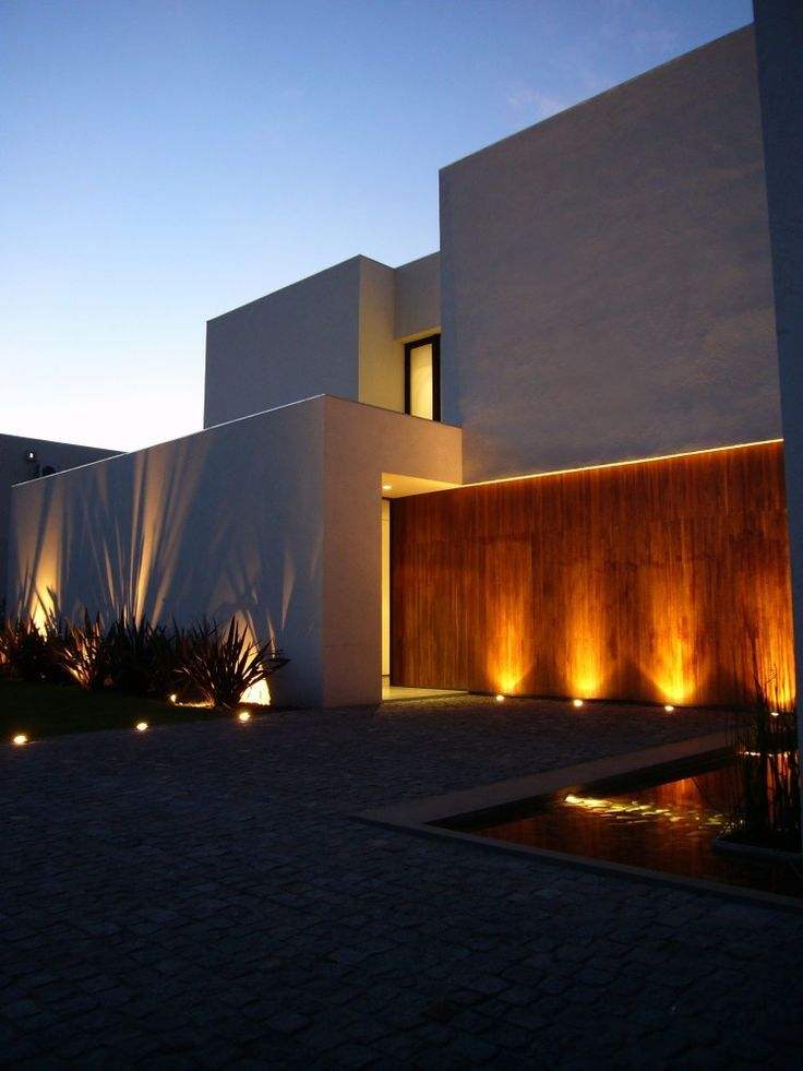 Iluminação em fachada de madeira