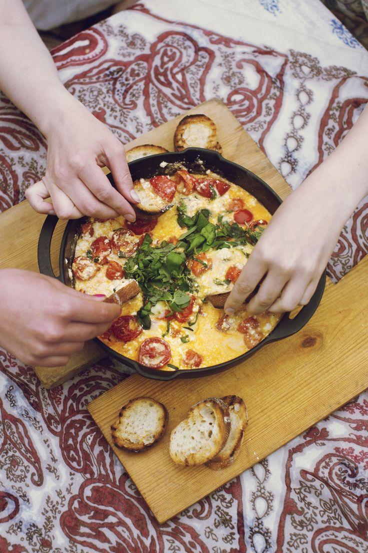 Grillissä valmistuu ihanan syntinen dippi. Paahdetut leivät ja juusto-tomaattidippi maistuvat yhdessä ihan pizzalle!