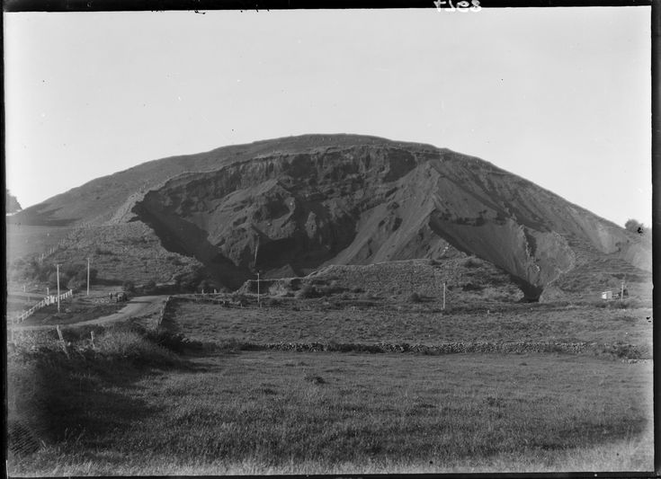 Looking north towards Mt Wellington, 1927, showing the quarry and Mountain Rd.    Sir George Grey Special Collection, Auckland Libraries, 4-4768