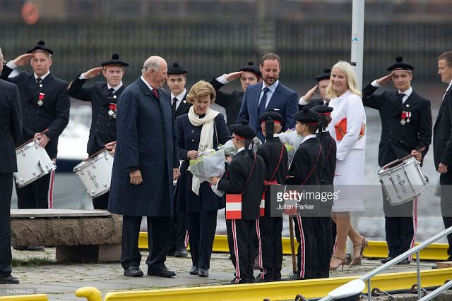 Royals & Fashion - The celebrations for the 25 years of reign of King Harald took place in Bergen. The prince Haakon and Mette Marit Princess were alongside sovereign for that day.