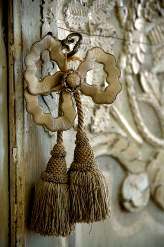 Door pull: Old Keys, The Doors, Doors Handles, Doors Knobs, Home Interiors Design, Locks, Tassels, Bows, Decor Doors