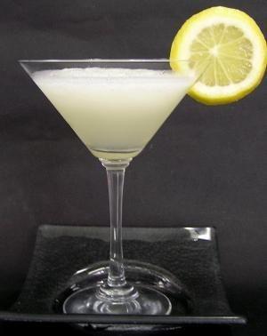 Kamikaze:  Ingredientes  1 oz. de vodka  1 oz. de triple sec  1 oz. de jugo de limón (zumo de limón)  hielo  Preparación  Verter en una coctelera los ingredientes y mezclar bien.  Colar en una copa de cóctel.  Decorar con limón.