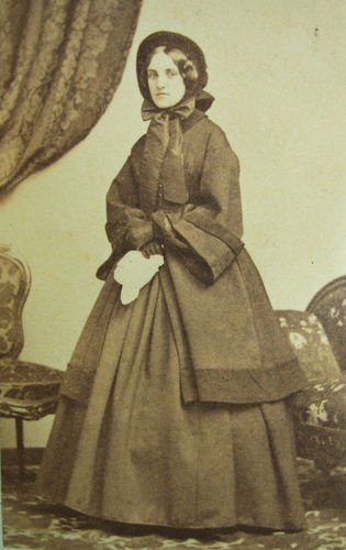 CIVIL WAR ERA CDV PHOTO OF LOVELY YOUNG WOMAN IN LOVELY BONNET HOOP DRESS & COAT