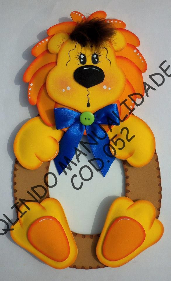 Bonito portaretratos leoncito en goma eva. Puedes utilizar el mismo león para hacer un espejo decorado haciendo juego con el portaretratos, una hermosa ide