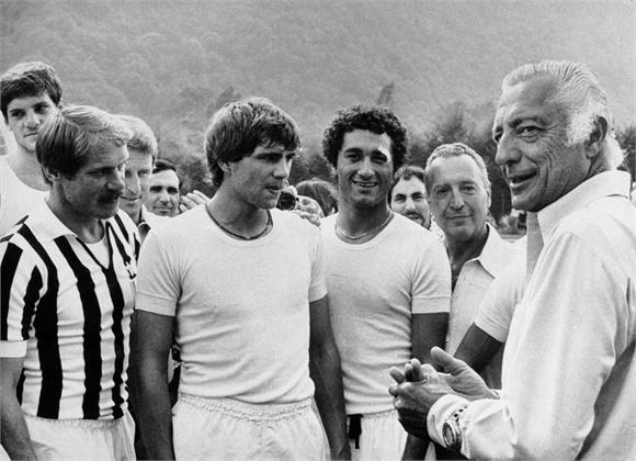 Giovanni Agnelli 1978  Con i giocatori della Juventus  Torino, Italia, agosto 1978   ©La Presse