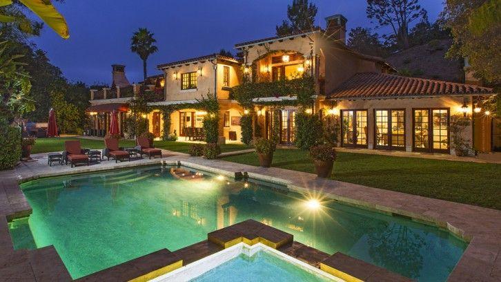 Het droomhuis van Sofia Vergara in Beverly Hills.  Het zwembad is omgeven door exotische planten, een rustige omgeving ver weg van de nieuwsgierige ogen en paparazzi. Een fascinerende en ontspannen hoekje, waar onze mooie gastvrouw gedurende de zomermaanden haar eigen privé feesten kan organiseren, op deze exotische buitenruimte met een speciale keuken op de patio voor deze feestelijke momenten.