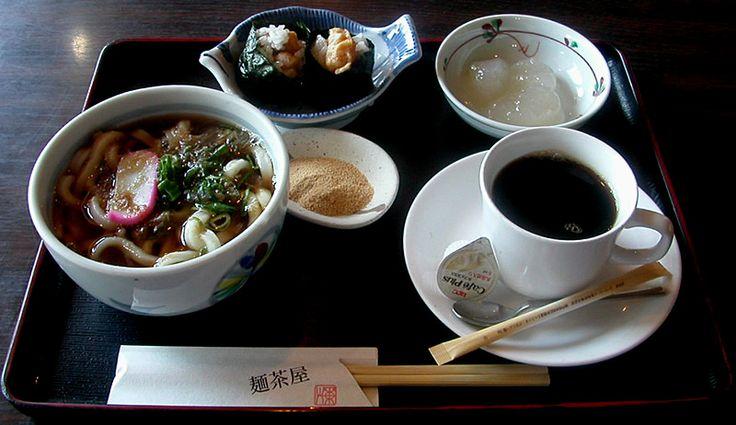 岡崎市にあるうどん屋 麺茶屋のモーニングサービス。うどんと天むすとわらびもちがついている。
