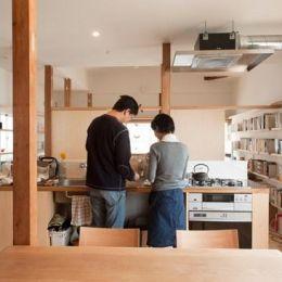 『矢来の家(減築)』過去の記憶や温もりを残す減築リフォームの部屋 本に囲まれたダイニングキッチン