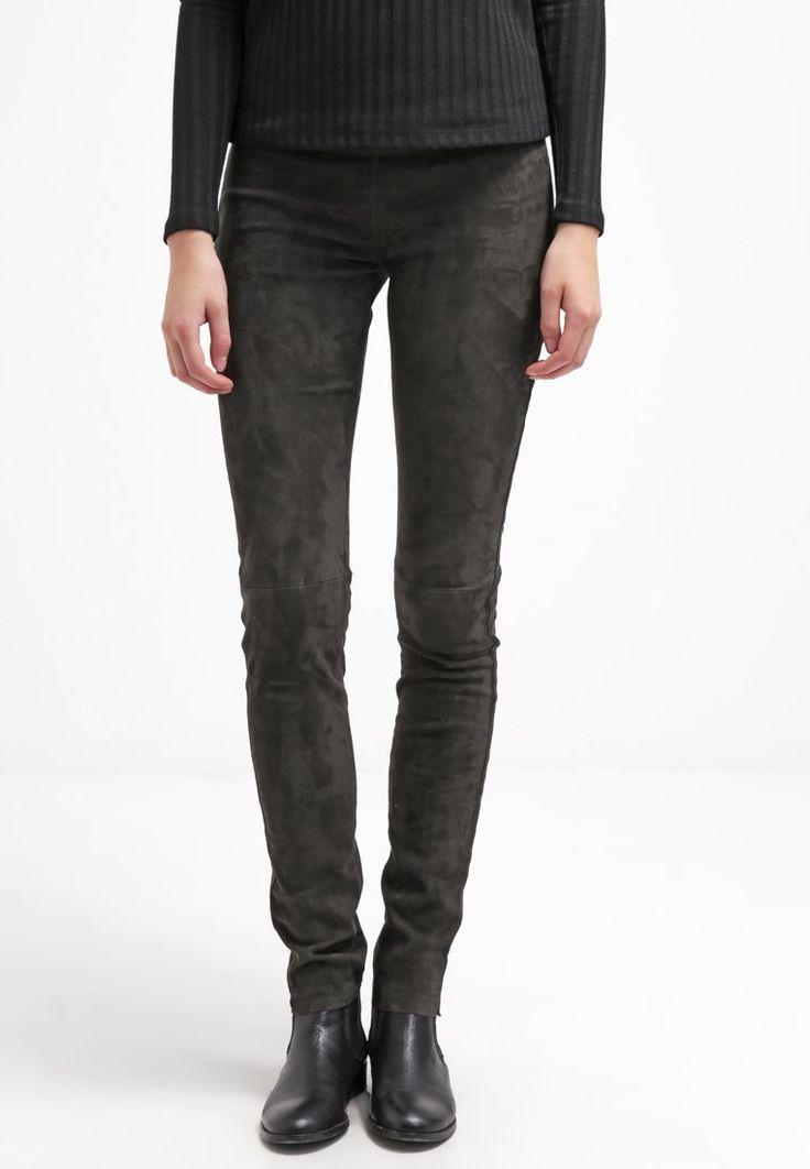 Diese stylische Hose fehlt noch in deinem Kleiderschrank. Oakwood Lederhose - anthracite für 574,95 € (28.01.16) versandkostenfrei bei Zalando bestellen.