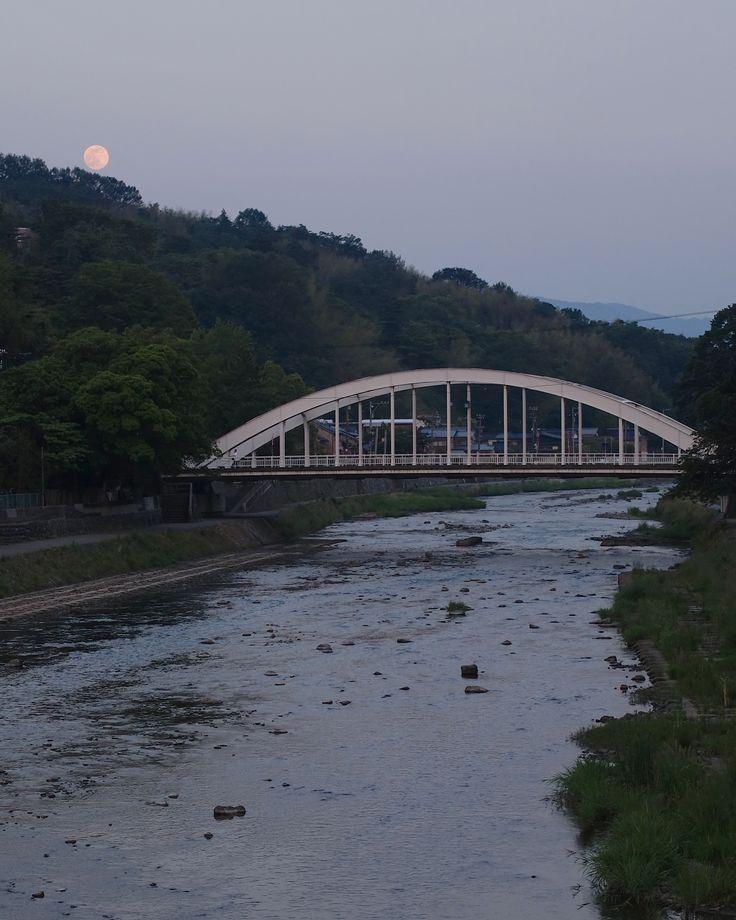 天神橋の背後に迫る卯辰山に月