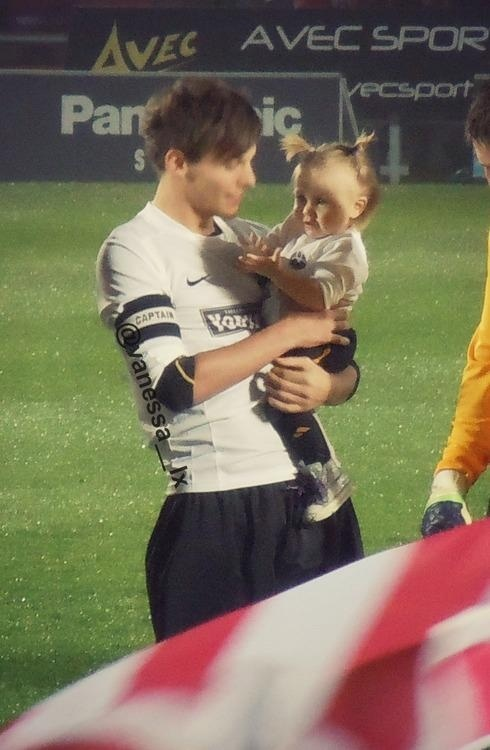 Image: u were just going to a football game and Louis Tomlinson just came on the field!
