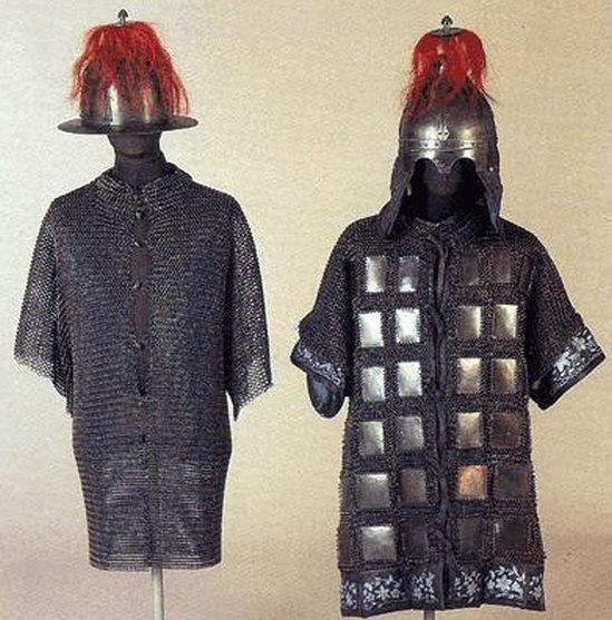 쇄자갑(鎖子甲) 과 경번갑(鏡幡甲) 복원품을 나란히 놓은 사진이다. [출처] 조선군의 갑옷과 군복(1)|작성자 ohyh45 | 조선군의 갑옷과 군복(1) : 네이버 블로그