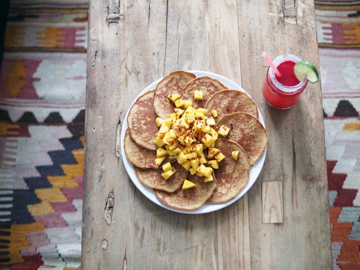 Peruanske pannekaker med quinoamel - Saftige pannekaker laget av sunn quinoa, som er en frøtype som har blitt dyrket i Peru i flere tusen år. Pannekakene har en litt grovere smak enn vanlige pannekaker. Oppskriften er fra Sonia Huanca Vold som lager disse pannekakene når hun ønsker noe søtt og smaksrikt til frokost. Som tilbehør anbefaler Sonia alt fra agavesirup, mango, bær, bacon eller chili.