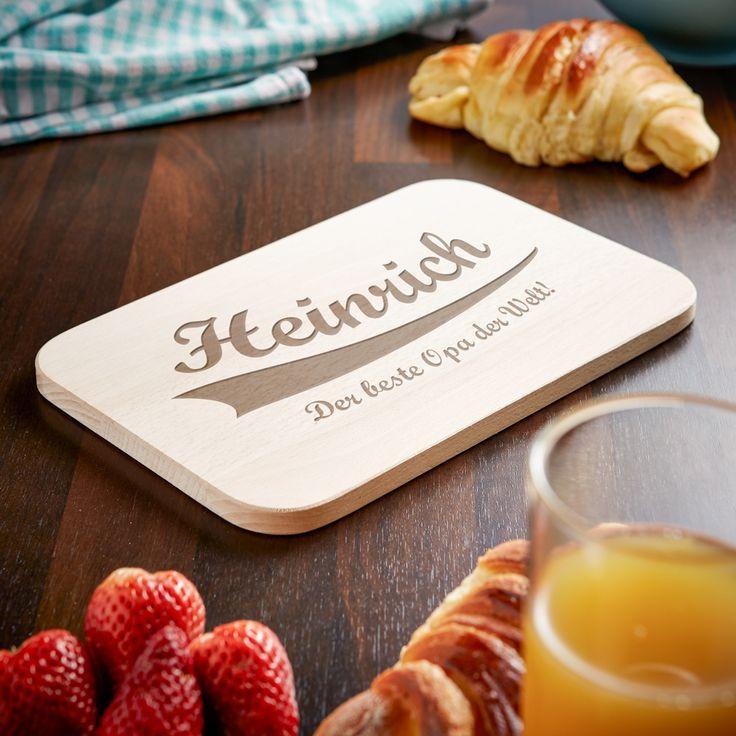 Der eigene Großvater ist, natürlich, der beste Opa. Unser Frühstücksbrett mit Gravur - Bester Opa - College Motiv erinnert ihn schon beim Frühstück daran.