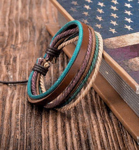 De cuero y pulsera de cáñamo como se muestra en las fotos. Agradable combinación de colores de cuero marrón con cerúleo, chocolate, verde, berenjena, color caqui y trigo cáñamo  Tamaño: Aprox. 6.5 dentro de la circunferencia y se ajusta hasta 10  Ver todos nuestros individuales cuero pulseras aquí: http://etsy.me/26C940q  Nuestra página de tiendas: http://etsy.me/1ryKv3S  Tiempos de producción cambian debido a nuestro volumen de negocio. Por favor busque la ficha...