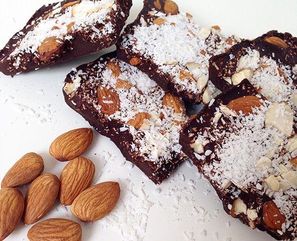 Pure chocoladebrokken met amandelen, kokos en zeezout