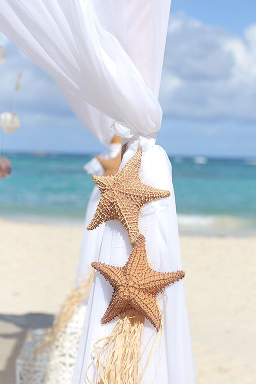 Wedding Arch, sea star and the ocean, is there anything more beautiful for the beach wedding? At Kukua Punta Cana| Design by Begokua