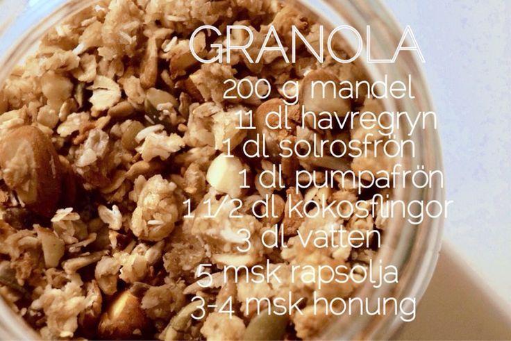 GÖR SÅ HÄR:Sätt ugnen på 225º. Grovhacka mandeln och blanda den tillsammans med havregryn, solrosfrön, pumpafrö och kokosflingor i en bunke. Blanda samman vatten, rapsolja och den flytande honungen i en annan bunke tills det blir till en jämn vätska. Blanda de torra och flytande ingredienserna tillsammans (med händerna) och bred ut till en jämn massa på en plåt med bakplåtspapper. Hacka sönder klumpar så gott det går. Låt stå inne i ugnen ca. 20-30 min, men rör om var femte minut. ...