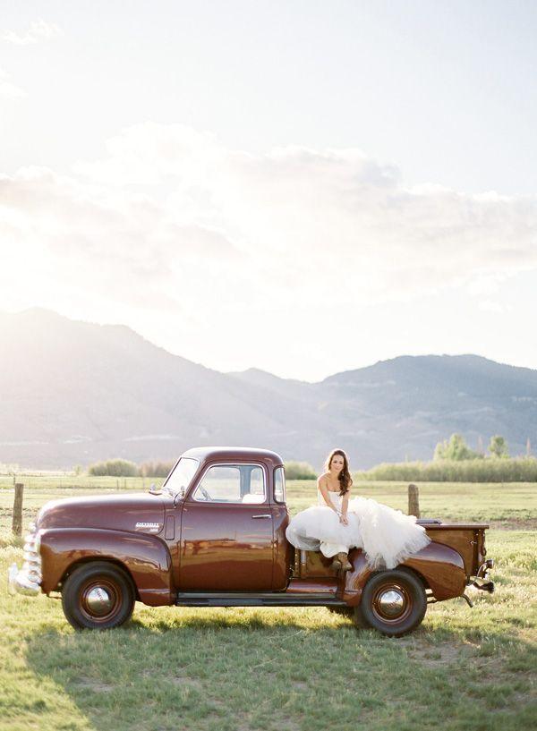 country wedding photo.: Photo Ideas, Old Trucks, Country Weddings, Vintage Trucks, Jose Villas, Country Wedding Photo, Wedding Photos, Pictures, Bride