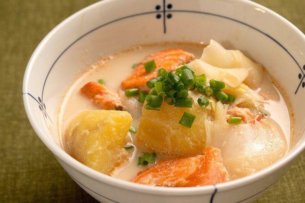 """鮭とじゃがいもの石狩風スープ    oceans-nadia.com  女性にうれしい栄養たっぷりな鮭とじゃがいもで作る石狩鍋風のスープは、優しいミルク味が幸せになるスープ。だし汁や味噌が入っているので、パンはもちろん白ごはんとの相性も抜群です。     「一汁一菜」が見直されている今、お味噌汁の代わりに具沢山の""""おかずスープ""""で美味しくヘルシーな暮らしをはじめてみませんか?心も体も満足できる美味しいレシピ、ご紹介します。"""