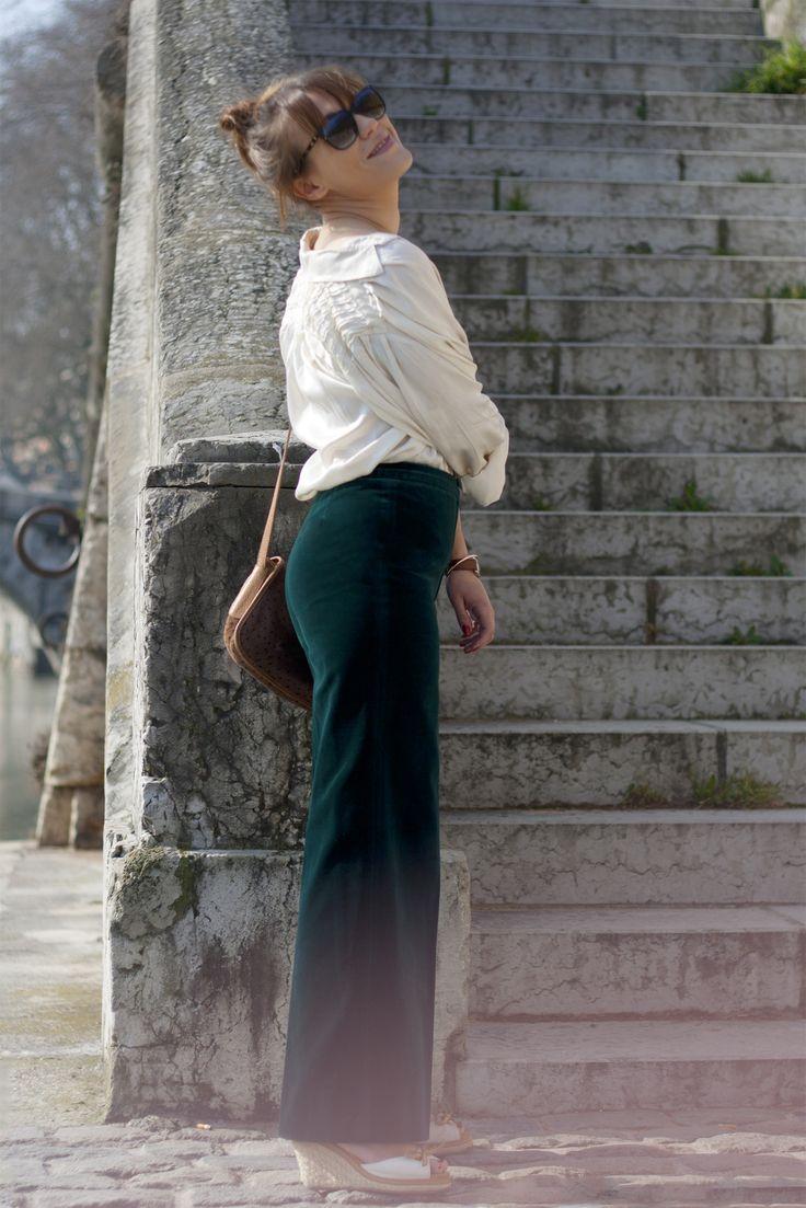 Hippie look seventies velvet green pants. http://www.oldnewthings-vintage.com/
