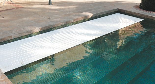 Volet de piscine immerg cach derri re escalier for Piscine miroir filtration