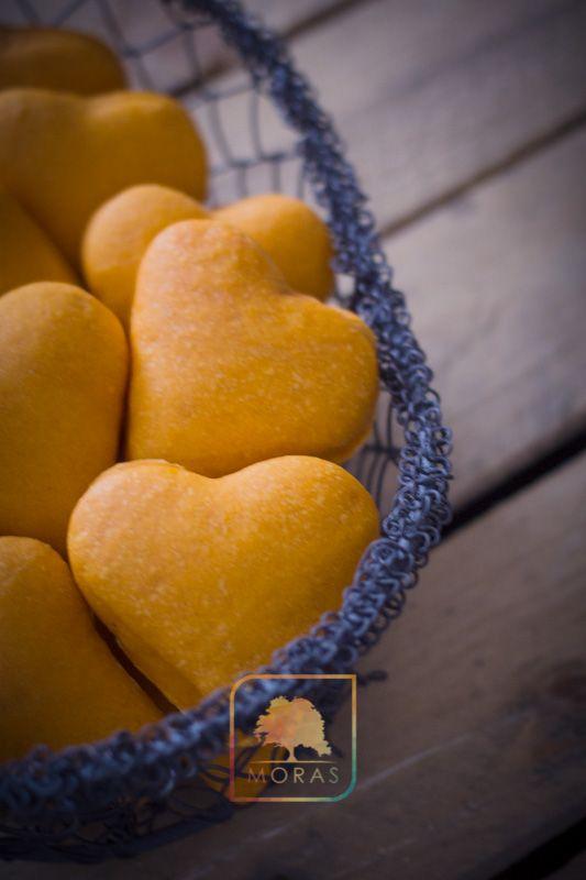 Per il vostro aperitivo, o la vostra cena di San Valentino vi proponiamo questi sofficissimi paninetti, delicatamente colorati ed aromatizzati al concentrato di pomodoro.