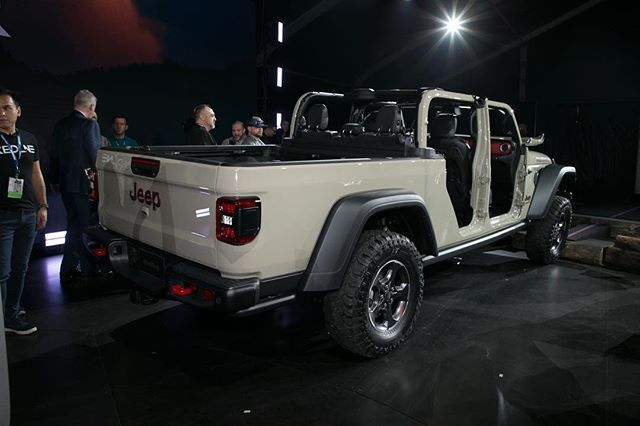 The New 2020 Jeep Gladiator Motortrend The Gladiator Shares Almost Half Its Parts With The Wrangler Including Hood Doors Jeep Gladiator Jeep Wranger Jeep