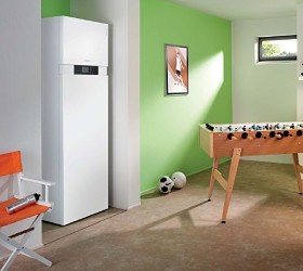 Komplett und besonders platzsparend – in den Wärmepumpen-Kompaktgeräten Vitocal 242-G und Vitocal 222-G sind bereits alle für die Wohnraumbeheizung und Trinkwassererwärmung erforderlichen Komponenten integriert. Mit Heizleistungen zwischen 5,9 und 10 kW sind sie für den Einsatz in Einfamilienhäusern konzipiert. Vorlauftemperaturen bis 60 °C ermöglichen den Betrieb auch in Verbindung mit Heizkörpern.