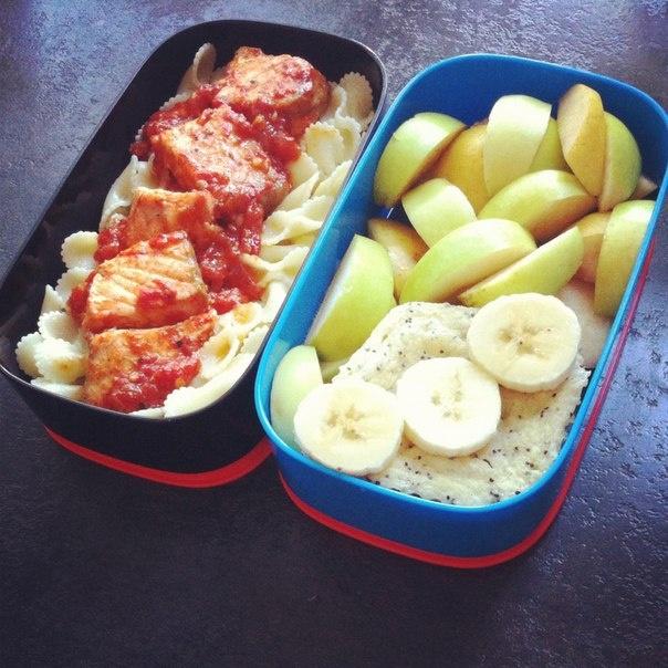 Паста с лососем и помидорами, творожный пудинг и фруктовый салат
