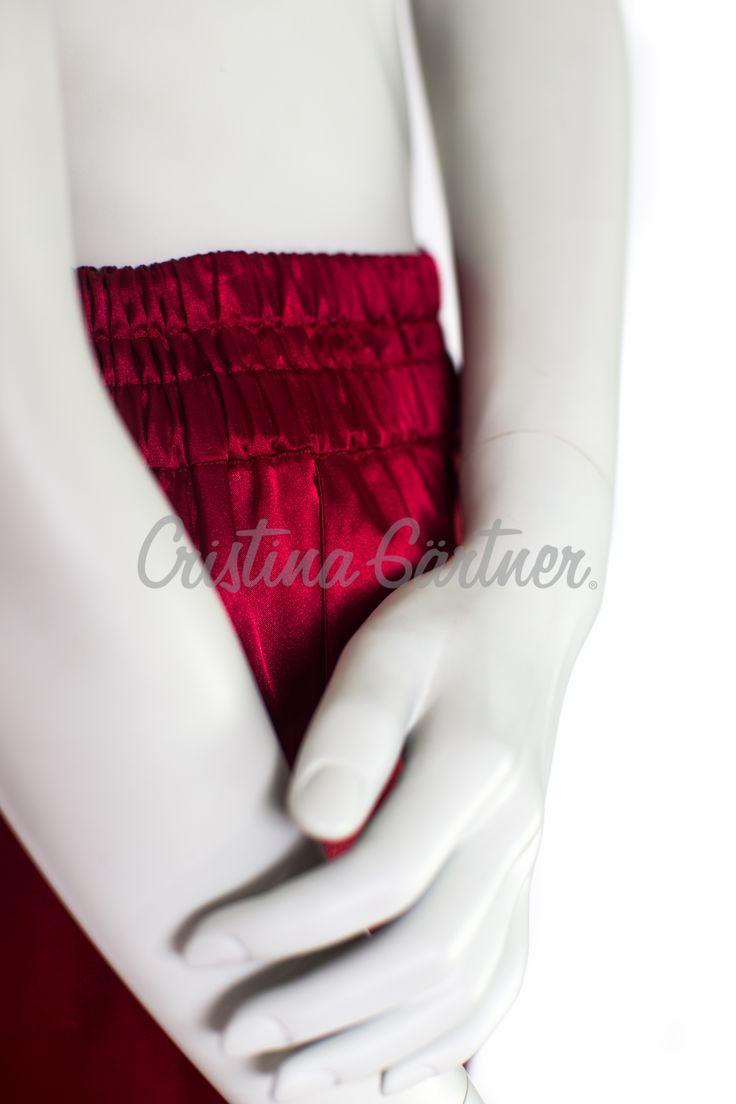 Pantalón en Satin rojo, high waisted, detail.  #EstiloGartner #Chic #Fashion #Outfit #FashionDesign #FashionOutift #Pants #Reed #Satin #HighWaisted #Colombia #Design #Style