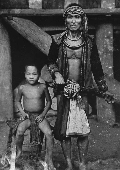 COLLECTIE TROPENMUSEUM Portret van een man op leeftijd in krijgskleding en een kind Nias TMnr 60024864.jpg